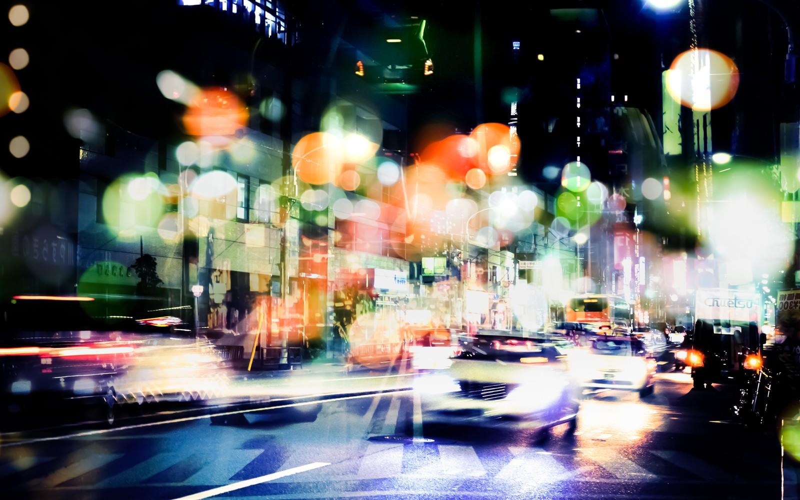 「交通量が多い街(フォトモンタージュ)」の写真