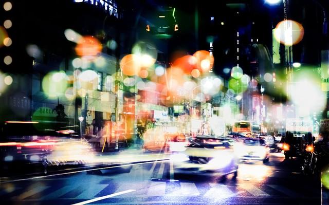交通量が多い街(フォトモンタージュ)の写真