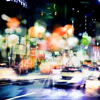 「交通量が多い街(フォトモンタージュ)」の写真素材