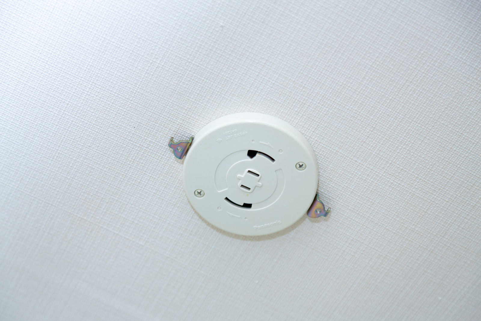 「照明を引っ掛けて固定する電源ソケット部分」の写真