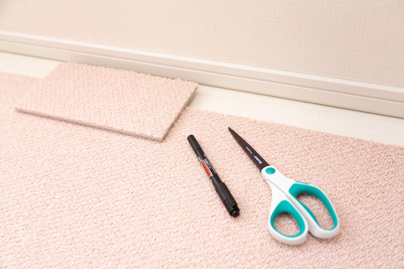 「タイルカーペットを隙間部分に合わせて切る」の写真