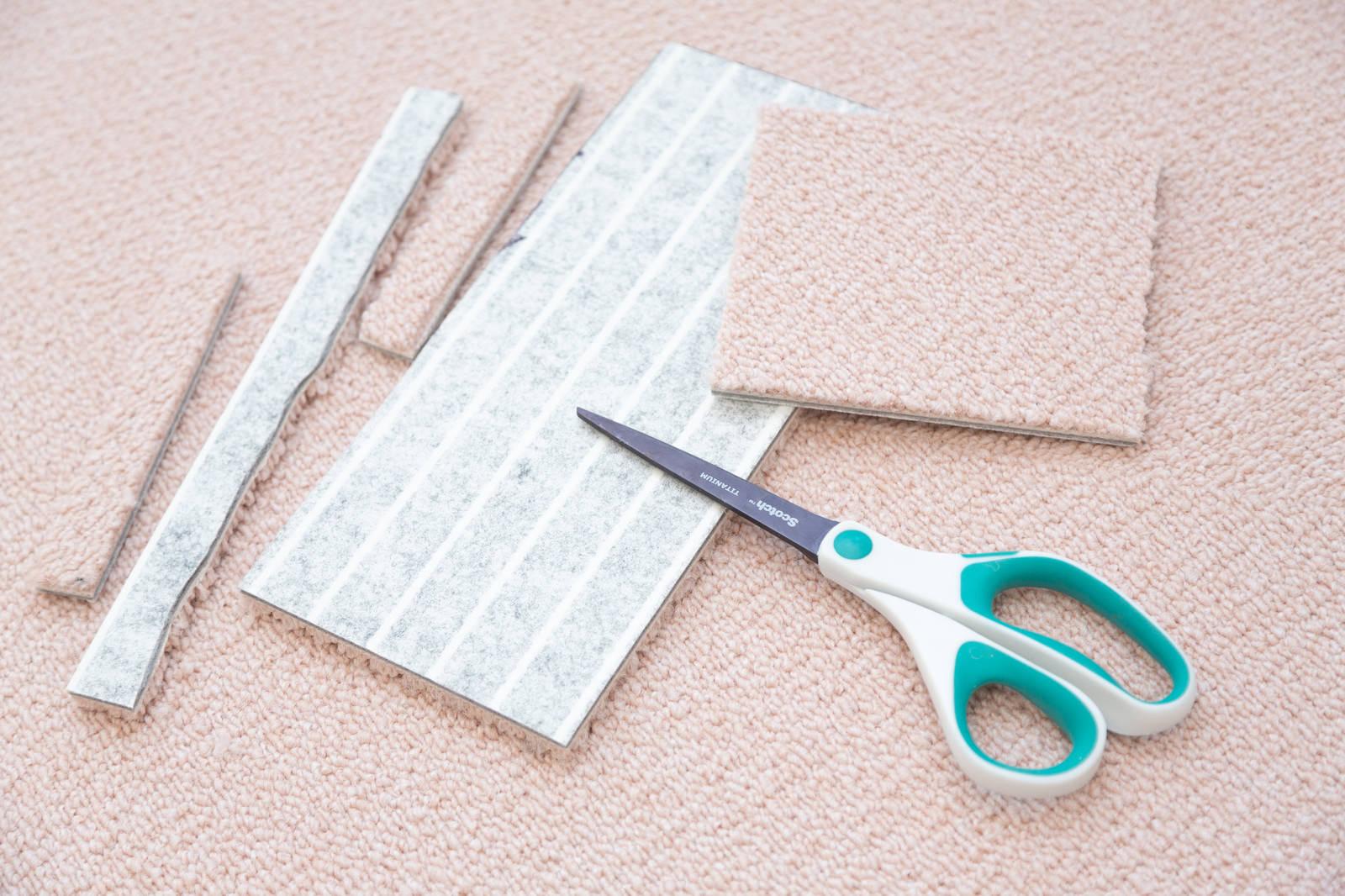 「細かくカットされたタイルカーペットとはさみ   写真の無料素材・フリー素材 - ぱくたそ」の写真