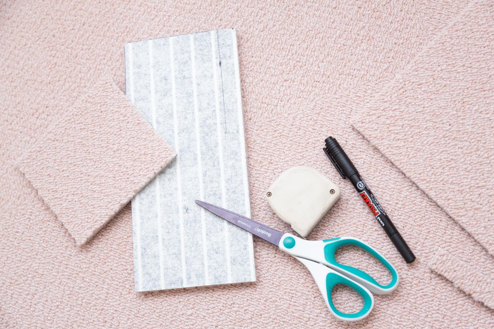 「タイルカーペットをカット | 写真の無料素材・フリー素材 - ぱくたそ」の写真