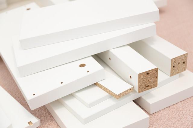 パーツが多い組み立て式家具の写真