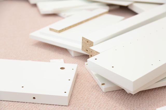 組み立て式家具のパーツが多くて面倒の写真