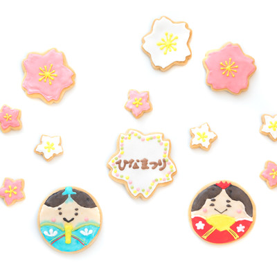 梅の花に囲まれた男雛と女雛(クッキー)の写真