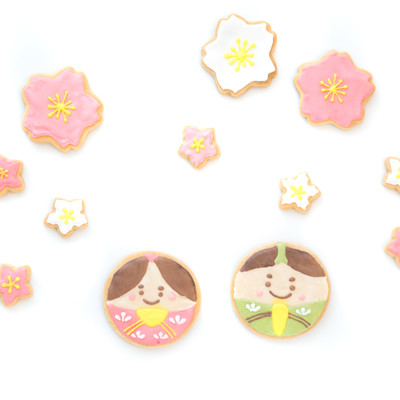 花見をする男雛と女雛(クッキー)の写真