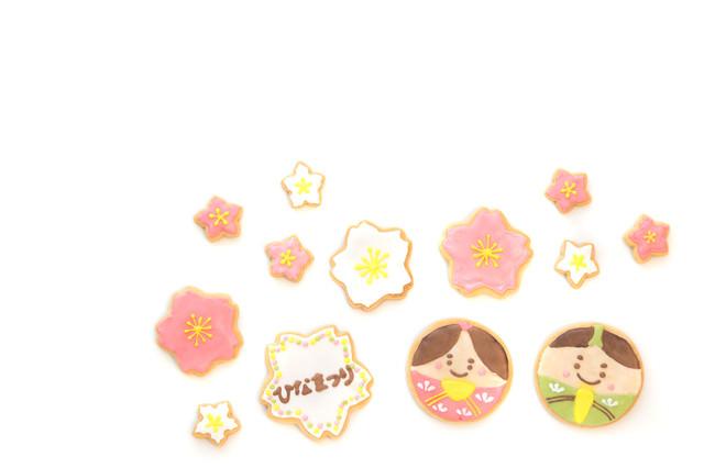 梅の花びらに囲まれる男雛と女雛(アイシングクッキー)の写真