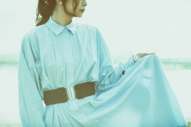 スカートのすそを持つ女性の写真