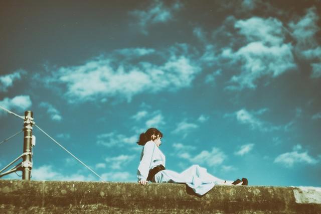 埠頭に座る女性の写真