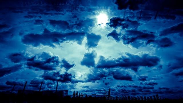 雲から太陽の写真