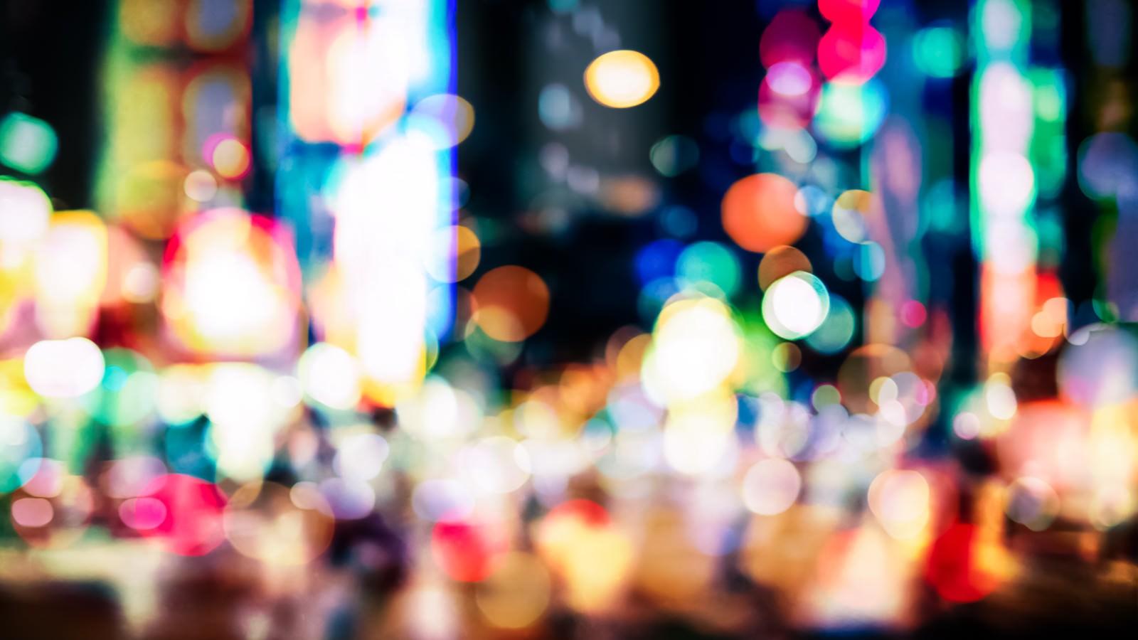 「歓楽街のネオンとボケ」の写真