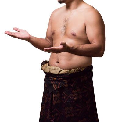 うまく伝えられなくて怒り出した上裸の男性の写真
