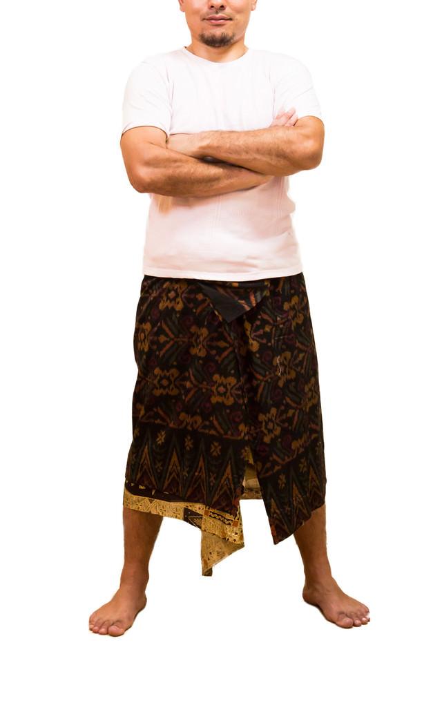 民族衣装で腕組みポーズの店主の写真