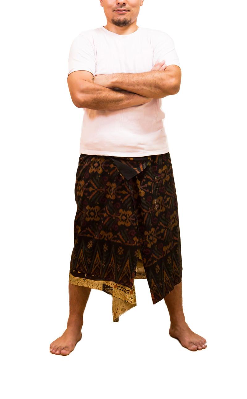 「民族衣装で腕組みポーズの店主民族衣装で腕組みポーズの店主」[モデル:カルロス]のフリー写真素材を拡大