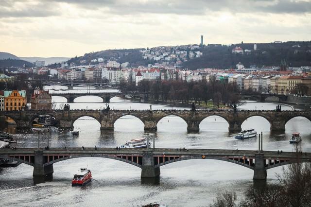 チェコ・プラハの河川と街並みの写真
