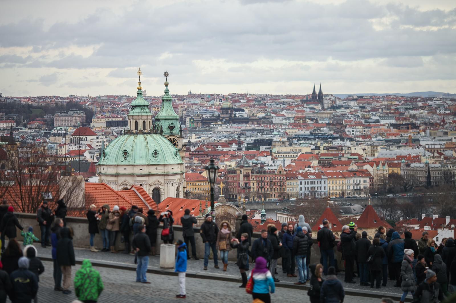 「観光客が集まるチェコ・プラハの街並み観光客が集まるチェコ・プラハの街並み」のフリー写真素材を拡大