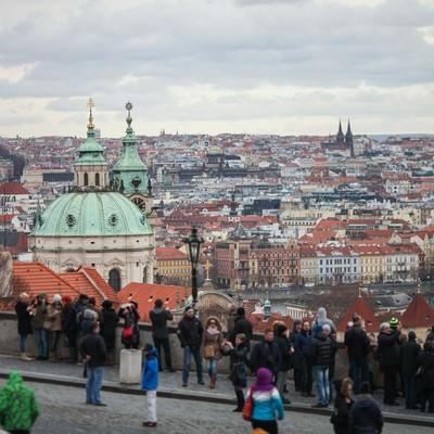 「観光客が集まるチェコ・プラハの街並み」の写真素材
