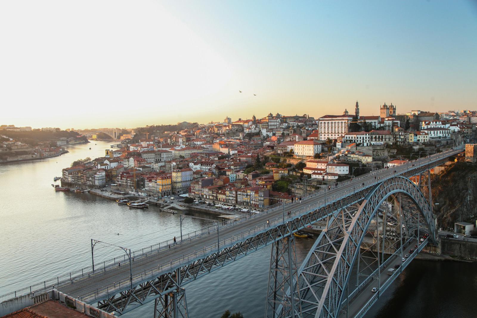 「ポルトガル・ポルトの河川と街並み」の写真