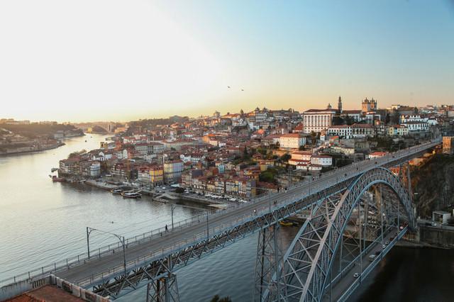 ポルトガル・ポルトの河川と街並みの写真