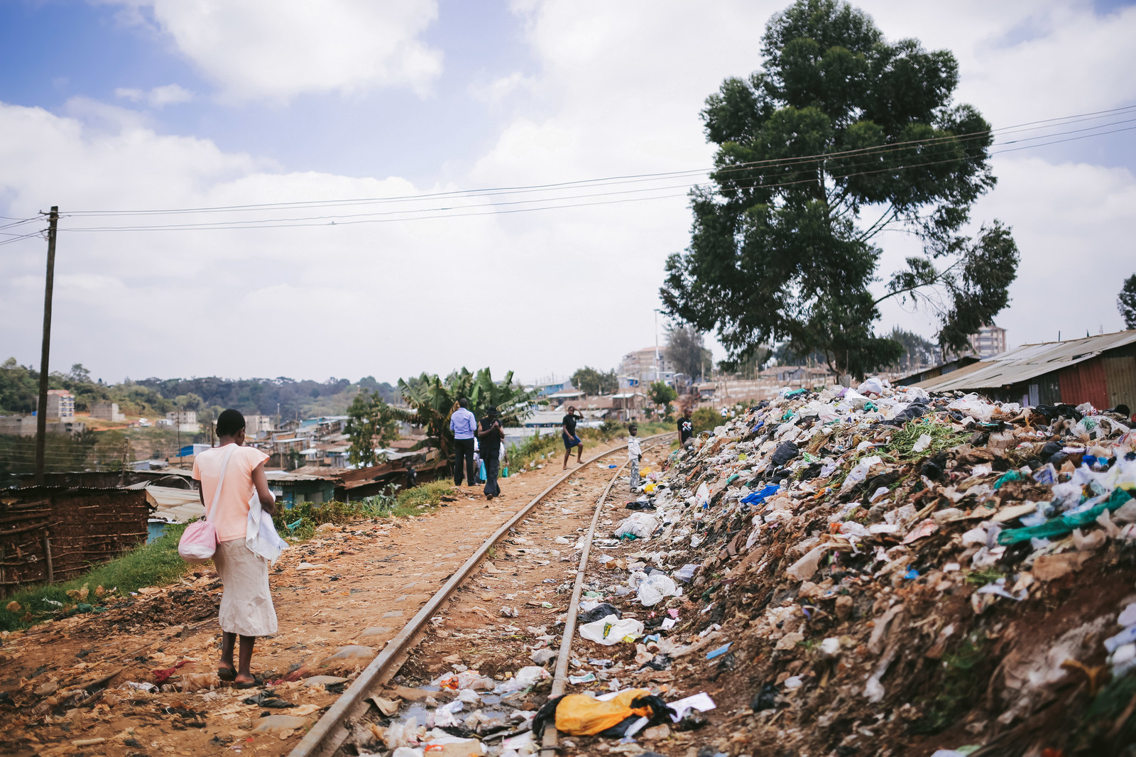 「ゴミが散乱するケニアのスラム街」の写真