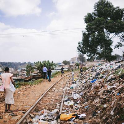 ゴミが散乱するケニアのスラム街の写真