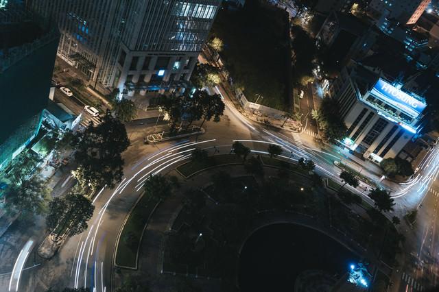 都市部の車の軌跡の写真