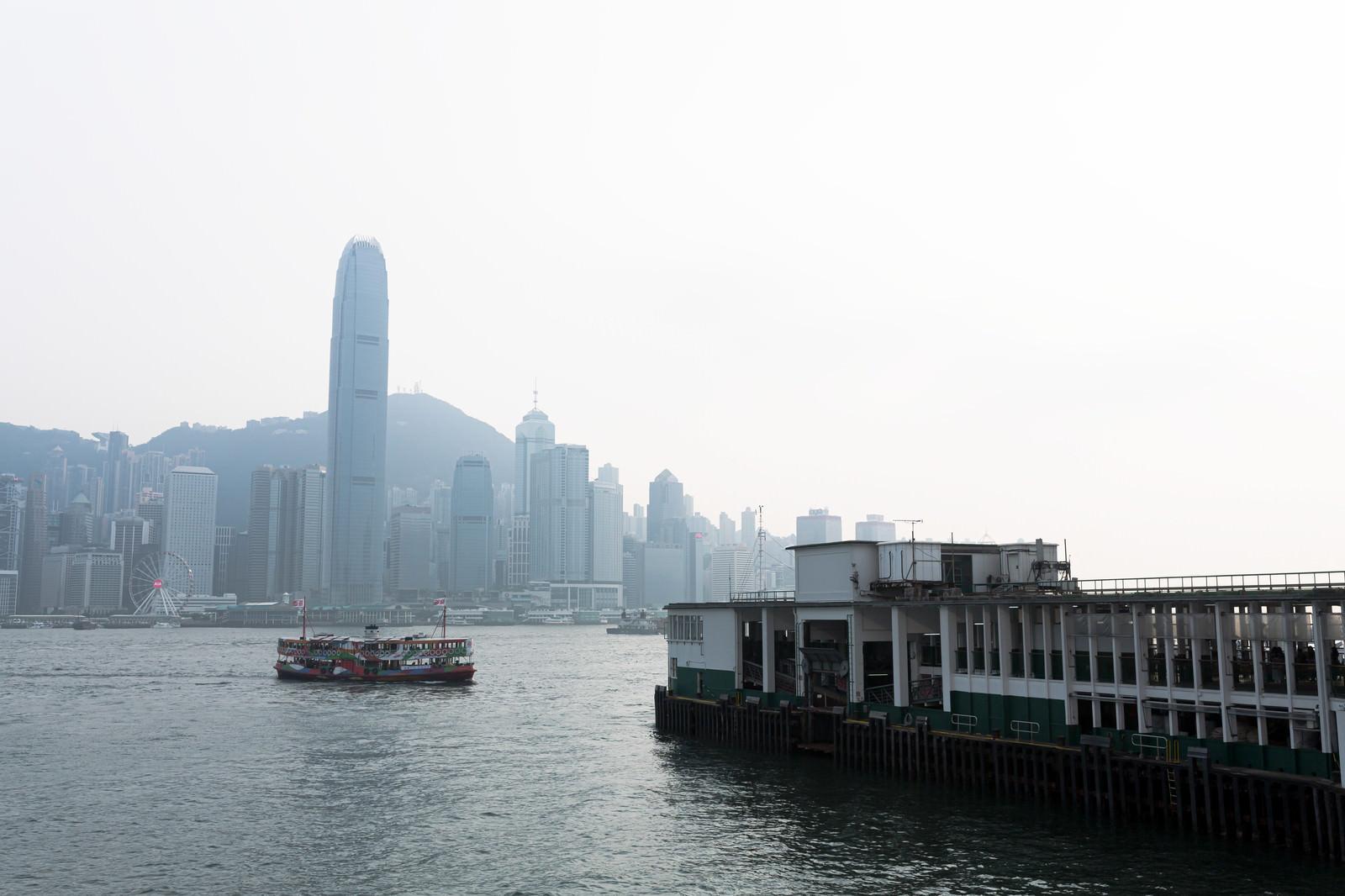 「香港のビクトリア・ハーバーと船着き場」の写真