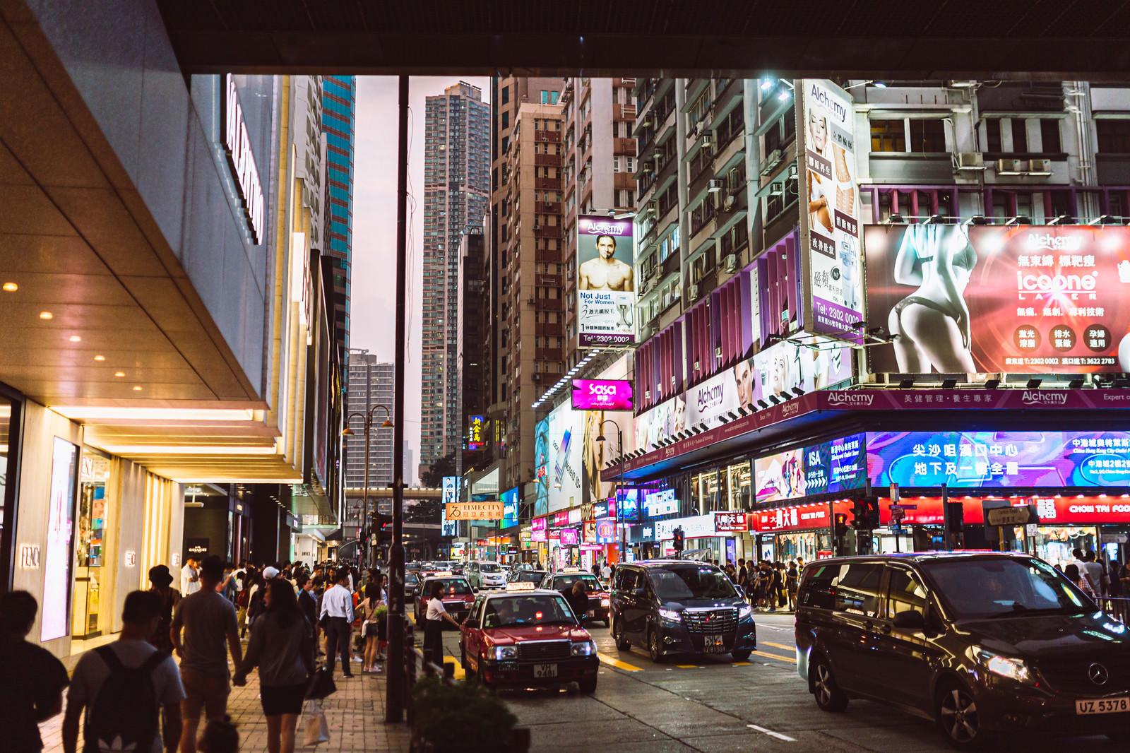 「香港の繁華街の中」の写真