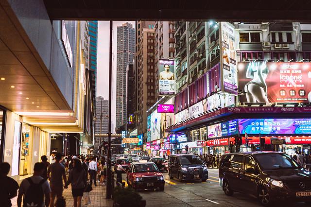 香港の繁華街の中の写真