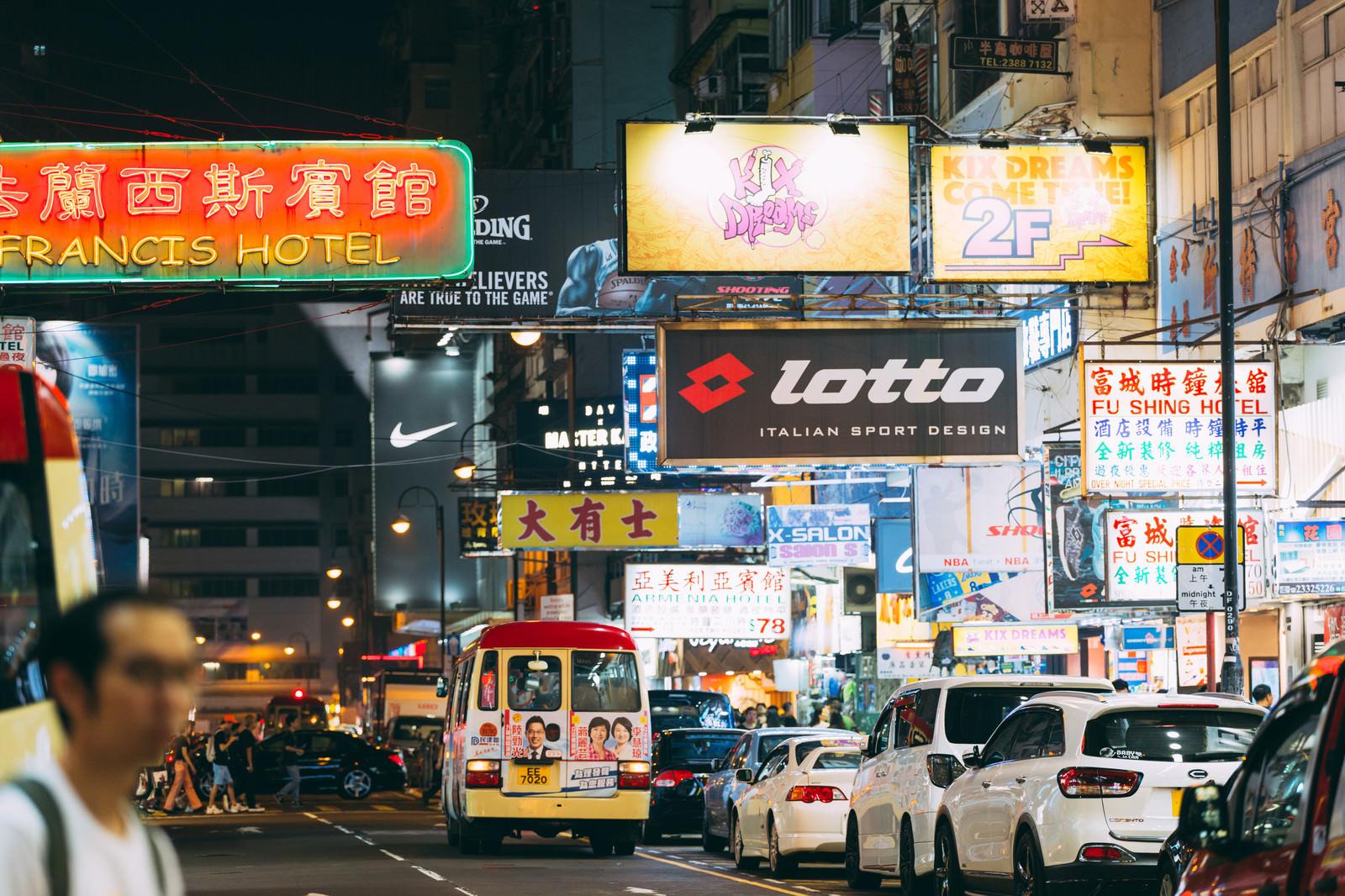 「夜の香港のネオン看板と渋滞する車」の写真