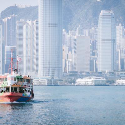 「香港のビル群と観光フェリー」の写真素材
