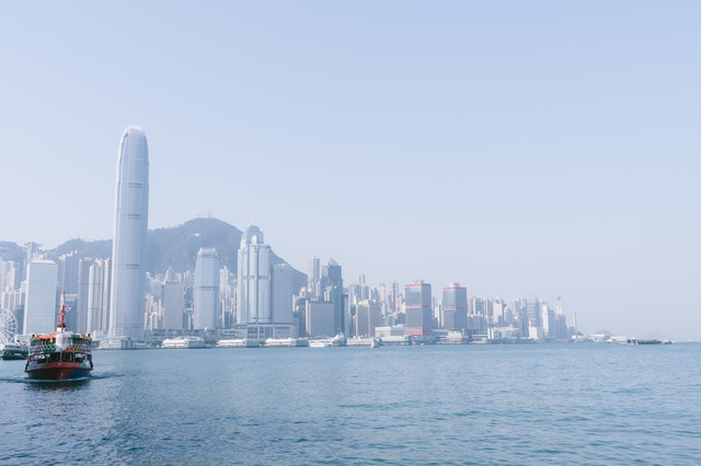 香港の港と都市部のビル群の写真