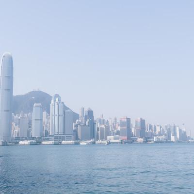 「香港の港と都市部のビル群」の写真素材
