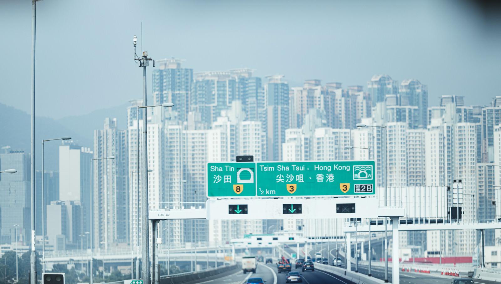 「香港の高速を走行中に見えるマンション群」の写真