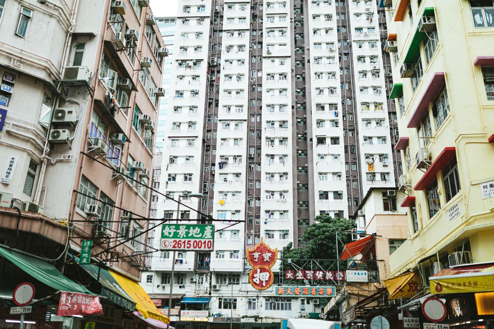 「マンションに囲まれる(香港)」の写真