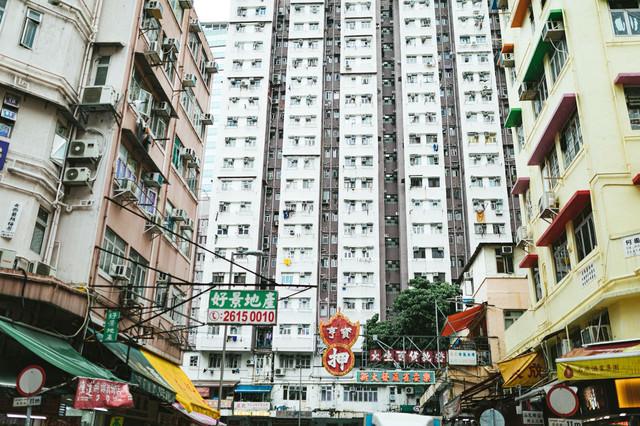 マンションに囲まれる(香港)の写真