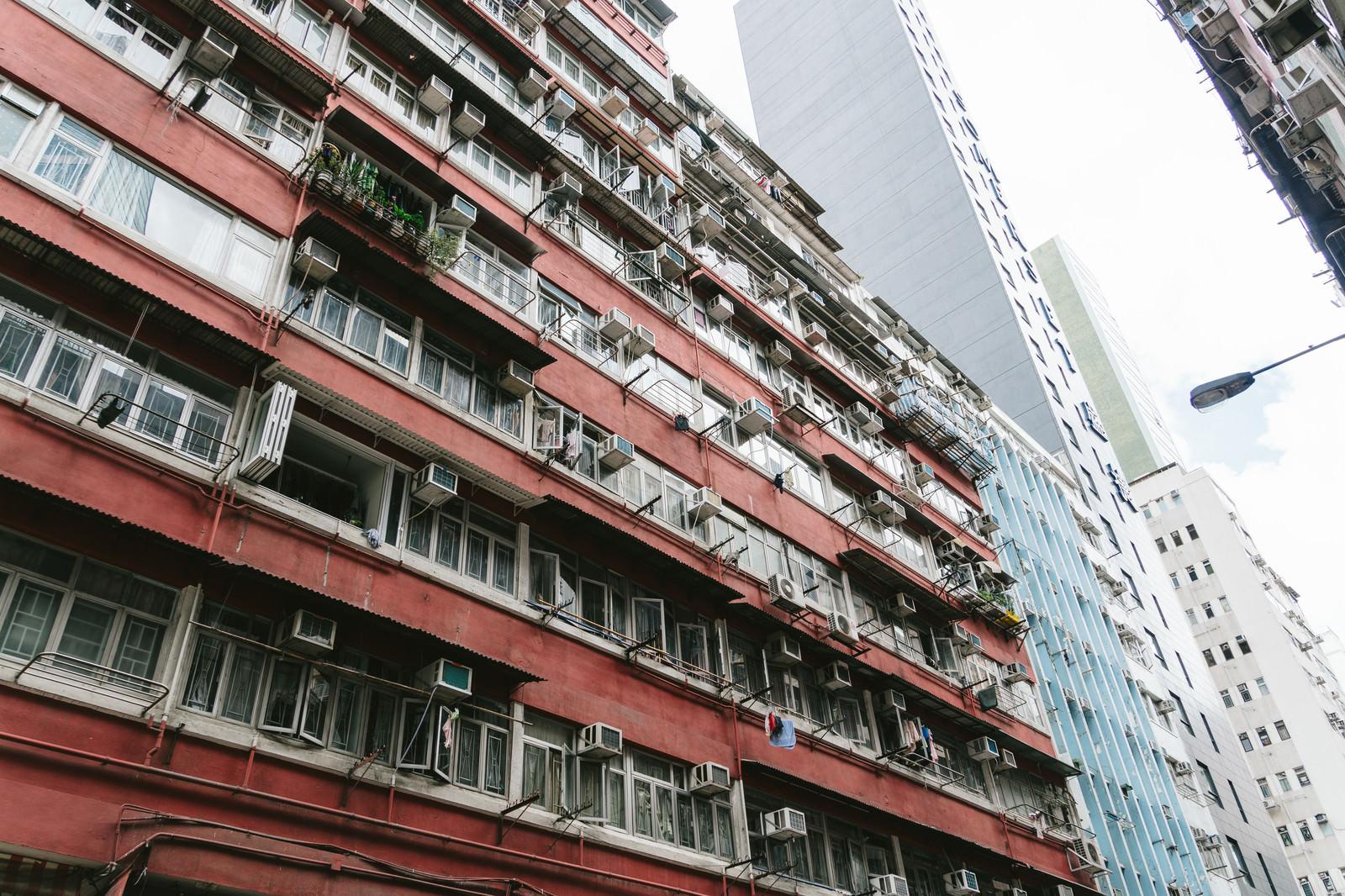 「香港の団地マンションと都会のビル」の写真