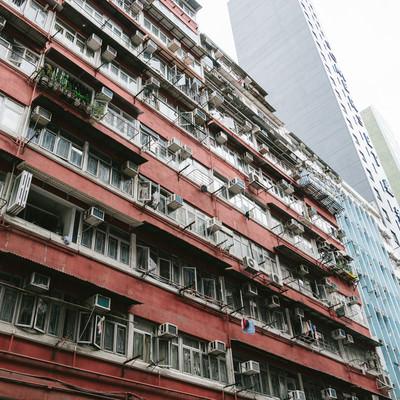 「香港の団地マンションと都会のビル」の写真素材