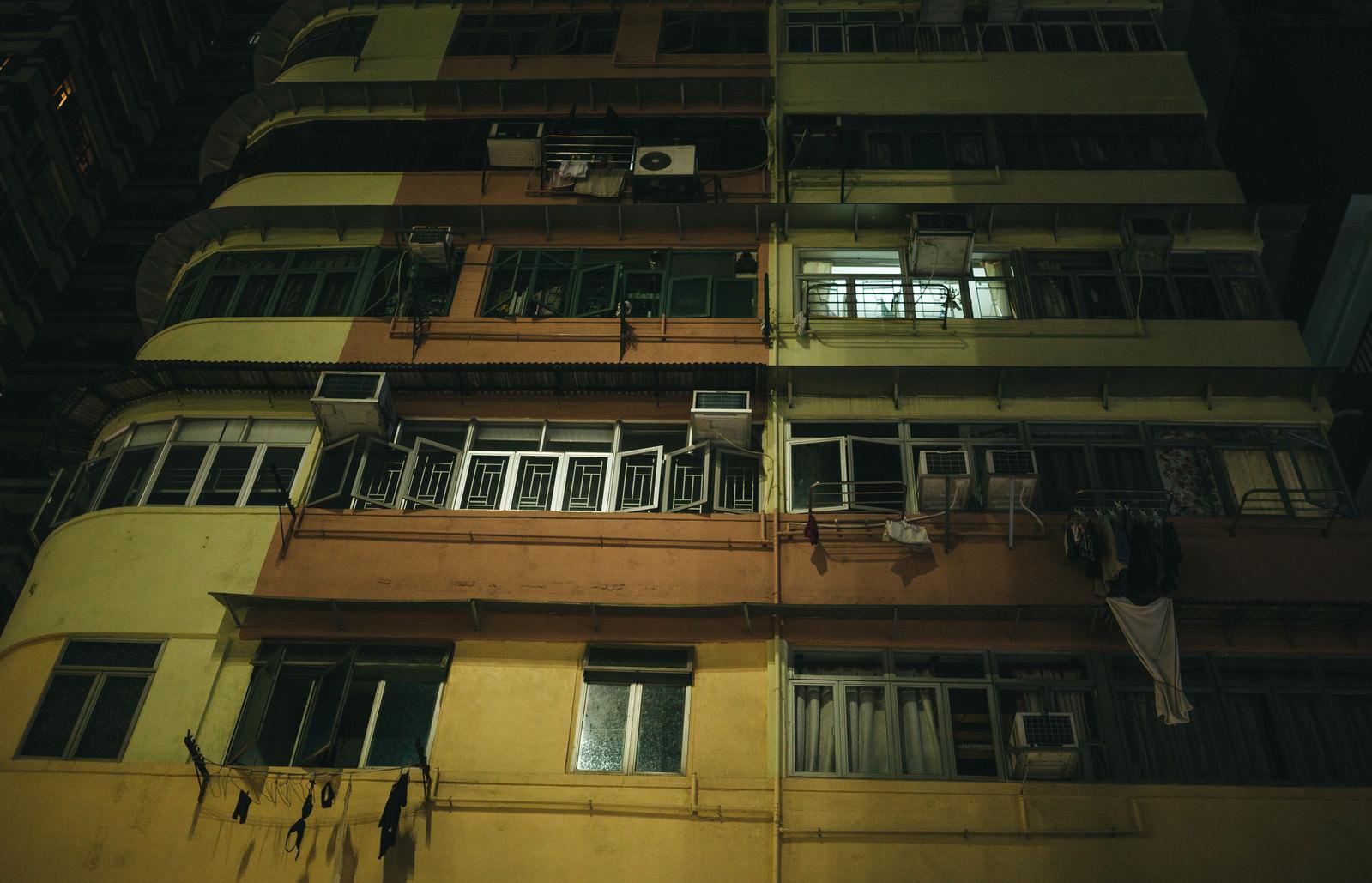 「香港の集合住宅(夜間)」の写真