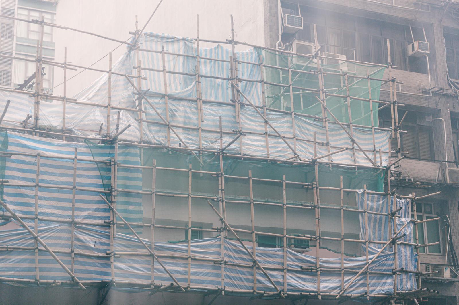 「香港の建築現場で使われている竹の足場」の写真