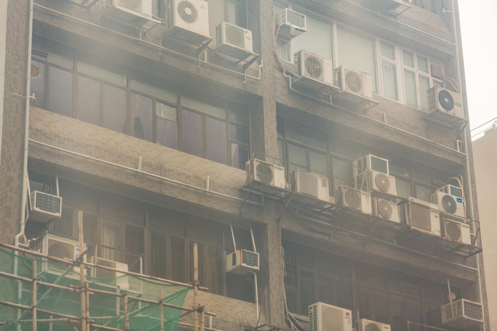 「雑居ビルの室外機(香港)」の写真