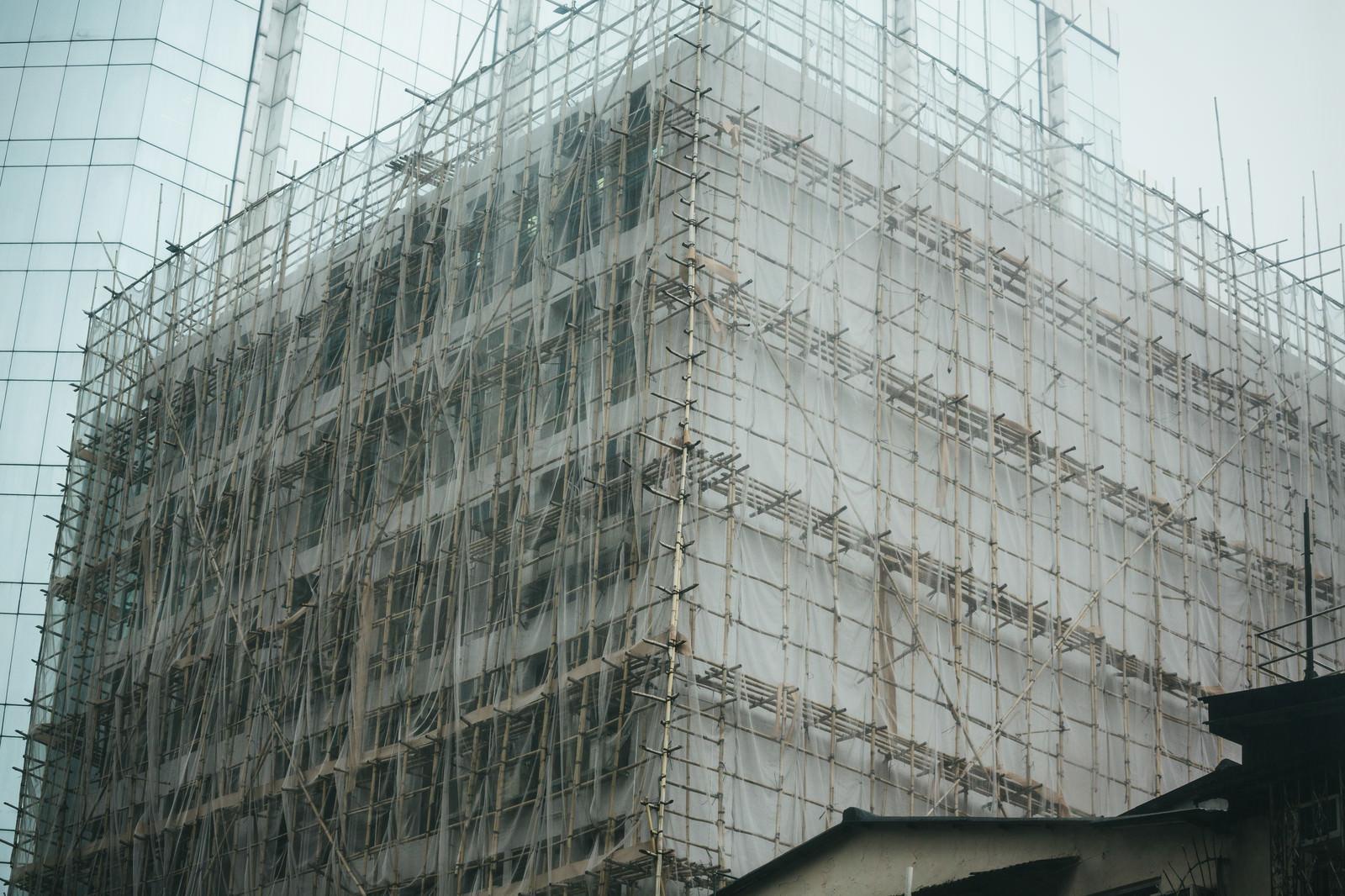 「高層ビルも竹の足場で囲む(香港)」の写真