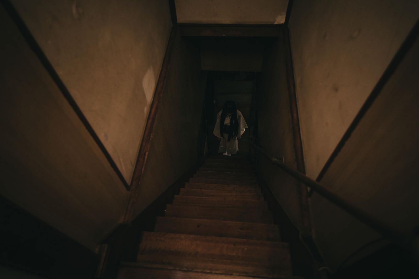 「古民家の階段下に立つ女性の姿」の写真[モデル:緋真煉]