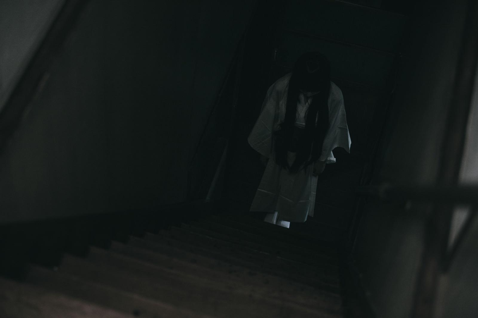 「階段を降りようしたら白装束の女性の姿が・・・」の写真[モデル:緋真煉]