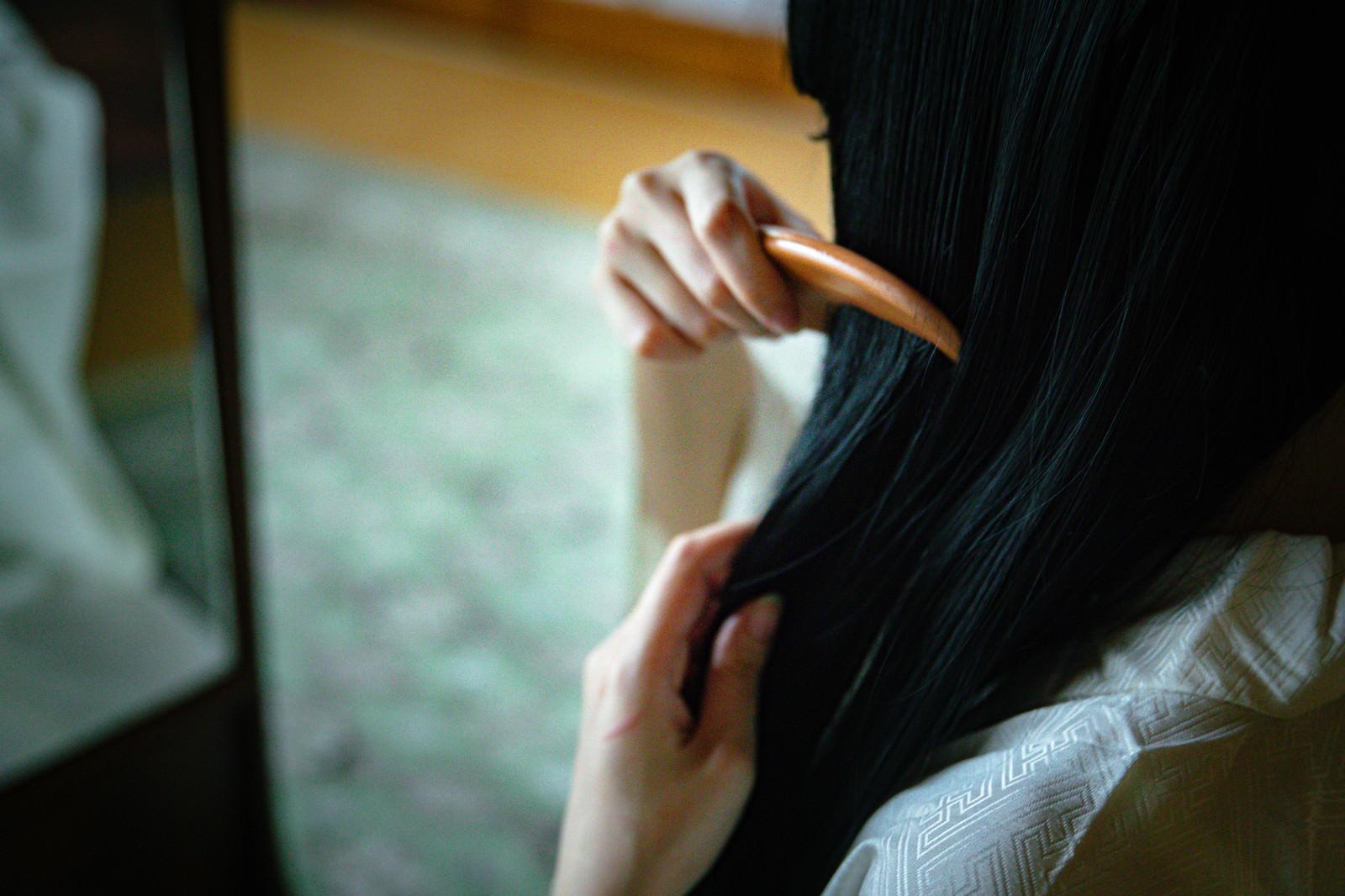 「黒髪に櫛をとおす女性」の写真[モデル:緋真煉]