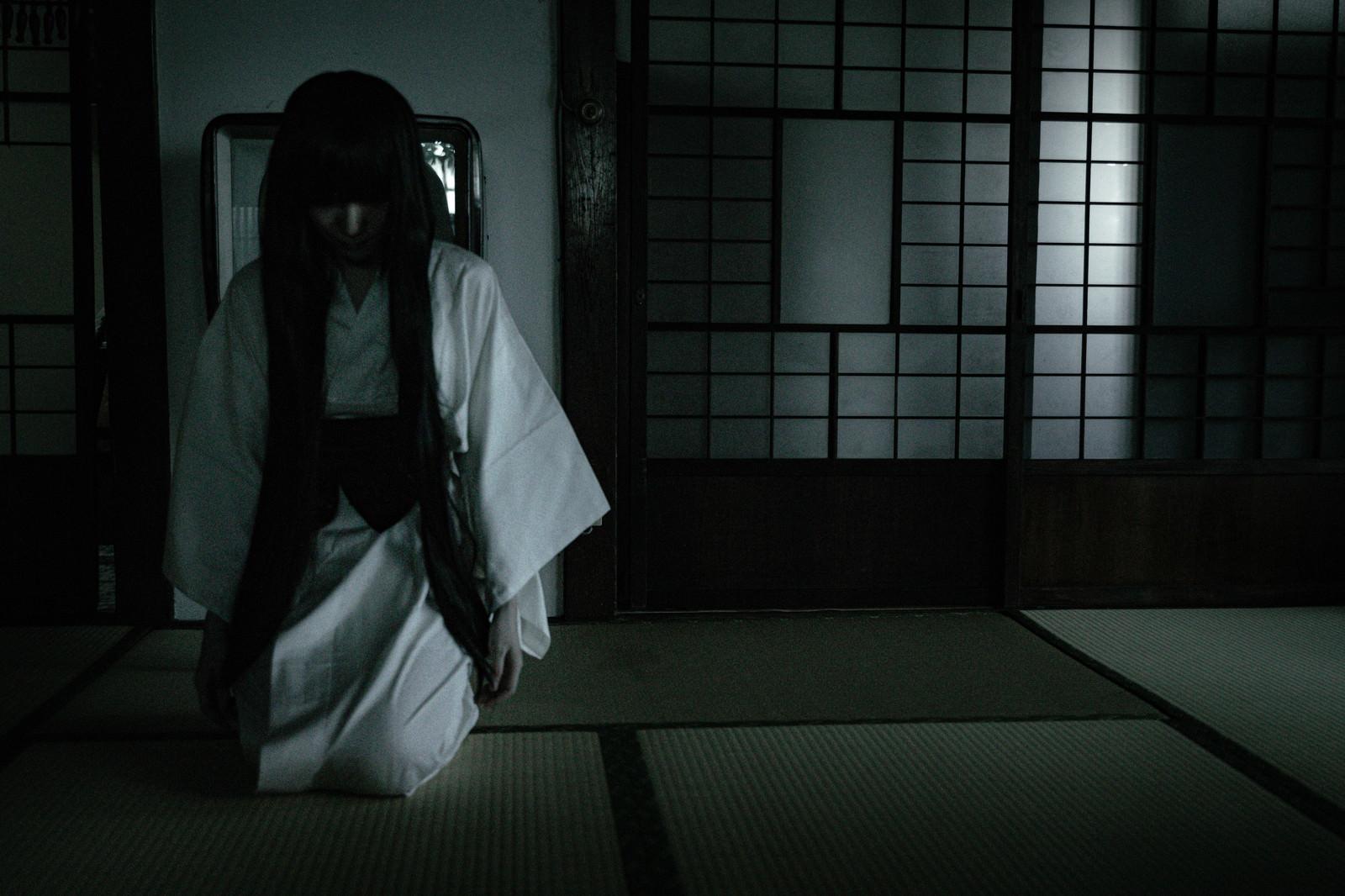 「薄暗い畳のある和室と髪の長い白装束の女性」の写真[モデル:緋真煉]