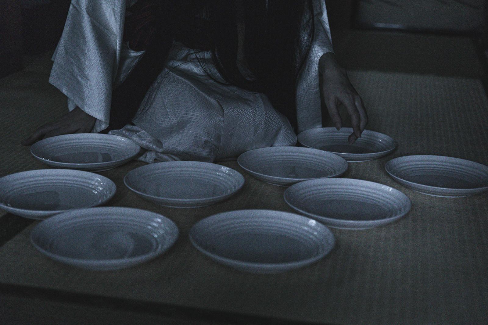 「消灯時間を過ぎても皿が一枚足らない状態」の写真[モデル:緋真煉]