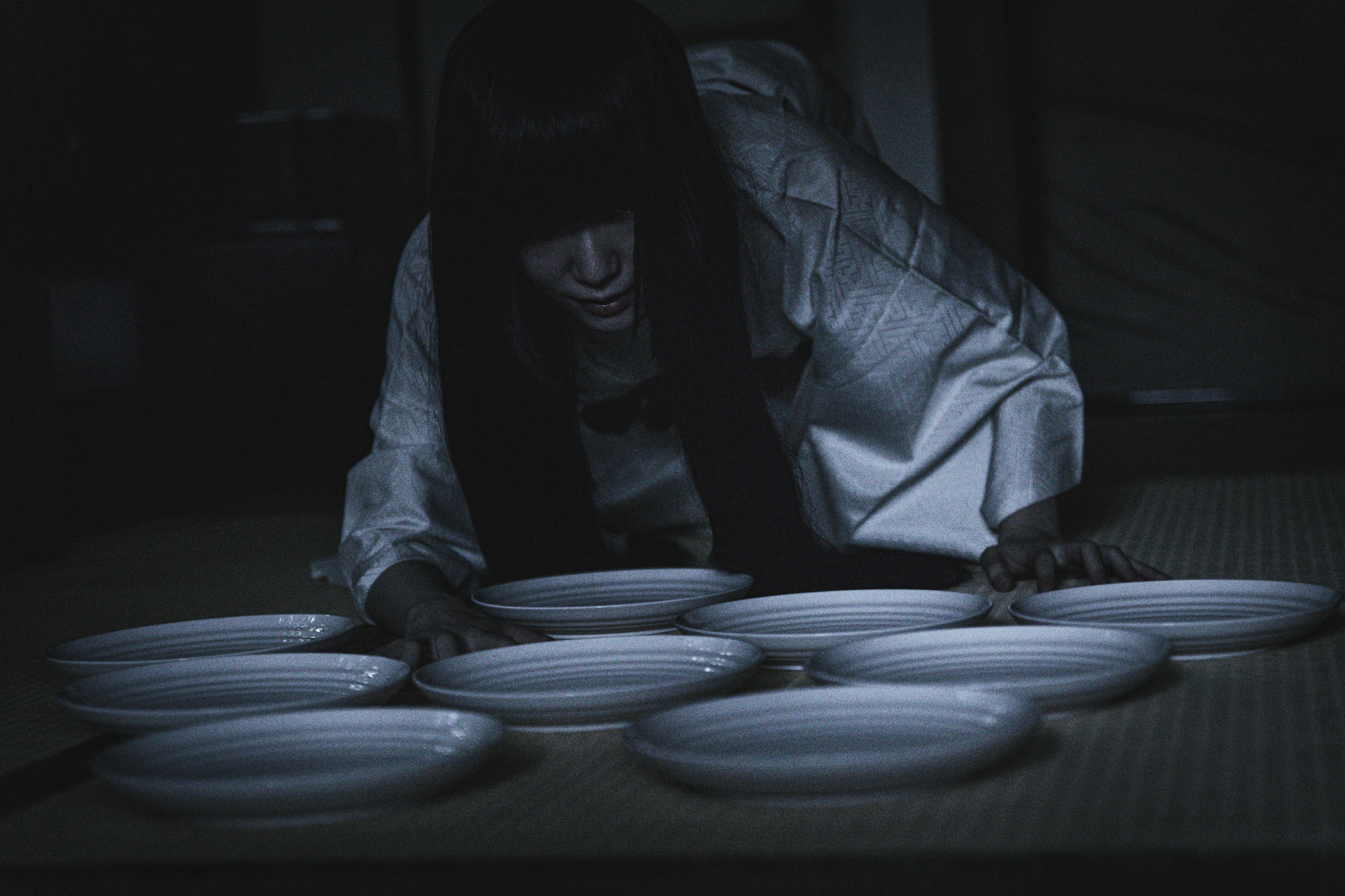 「深夜の棚卸し作業(どうしても在庫が一枚合わない)」の写真[モデル:緋真煉]