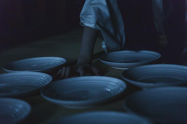 畳の上に皿を敷き詰めるの写真